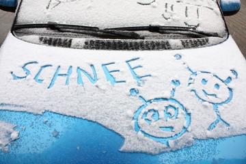 schnee auf motorhaube
