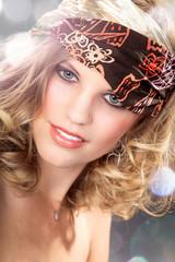 Hübsche Frau mit Kopftuch close up