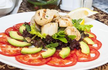 Салат из авокадо, красных помидоров  и куриного мяса
