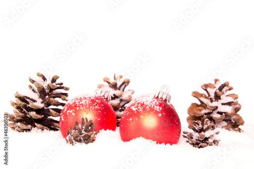 Weihnachtskugeln rot schnee tannenzapfen stockfotos und for Weihnachtskugeln bilder