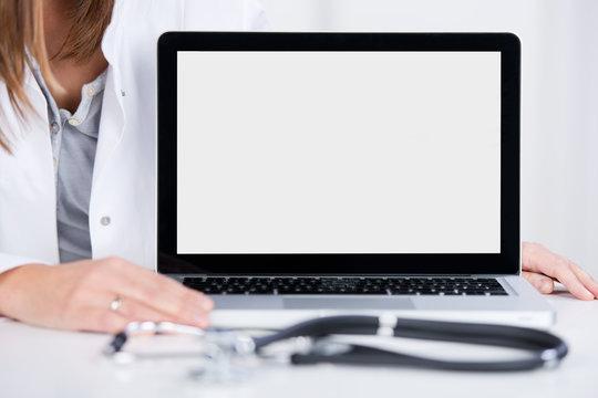 ärztin zeigt computerbildschirm