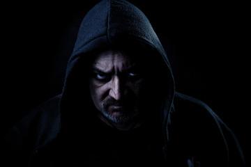 Mann schaut Böse