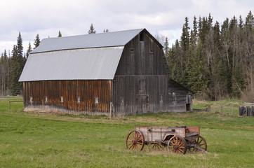 Alte Scheune und alter Pferdewagen