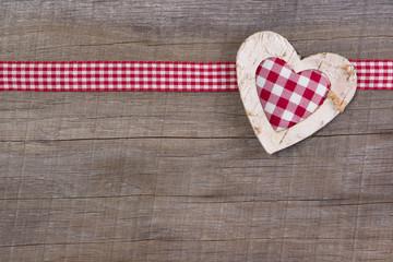 Ein Herz auf Holz als Hintergrund