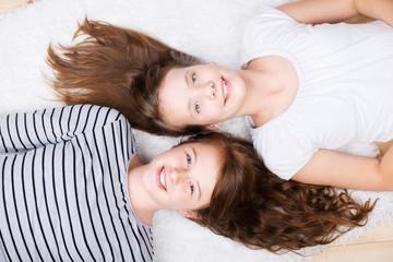 zwei freundinnen liegen kopf an kopf