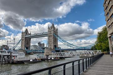 Photo sur Plexiglas Londres St Katharine Docks area with Tower Bridge - London