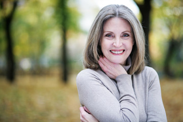 Lachende Frau im Park