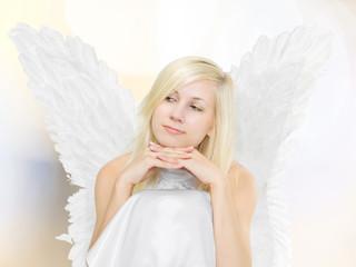 sitzende junge Frau (18) als Engel, träumend