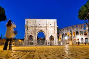 Fototapete - Colosseo and Arco di Constantino night view with tourist at Roma