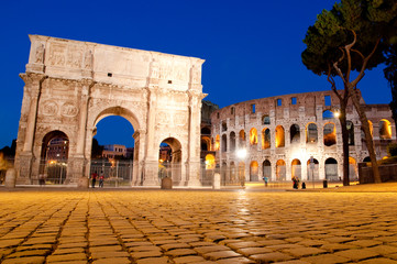 Fotomurales - Colosseo and Arco di constantino night view at Roma - Italy