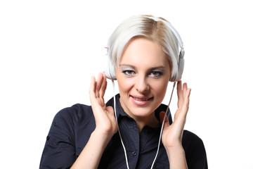 frau mit kopfhörern hört musik