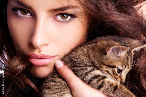 девушка котенок лицо взгляд  № 3597595 без смс