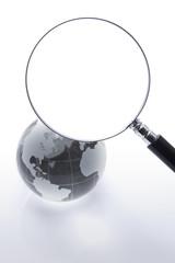 地球儀と虫眼鏡のクローズアップ
