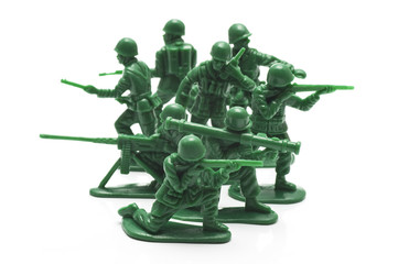 白背景に複数のおもちゃの兵隊