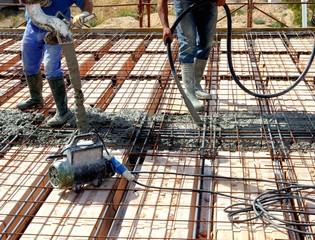Operai impegnati nel getto di calcestruzzo