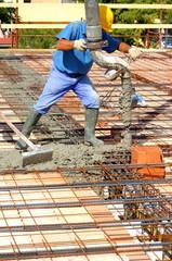 Operai impegnati nel getto di calcestruzzo per solaio