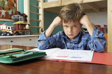 Junge will keine Hausaufgaben machen
