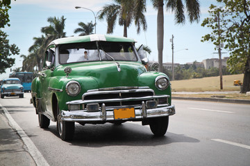 Fototapeten Autos aus Kuba Classic green Plymouth in new Havana