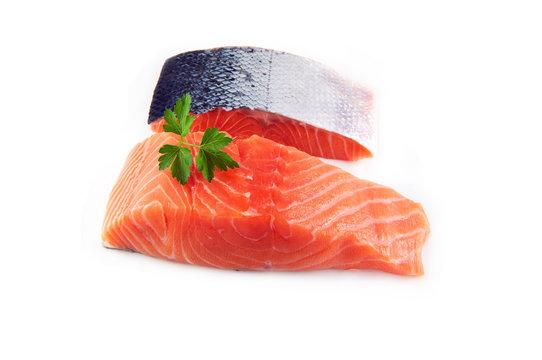 pavé de saumon cru sur fond blanc