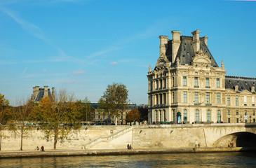 Il museo del Louvre sulla Senna, Parigi, Francia