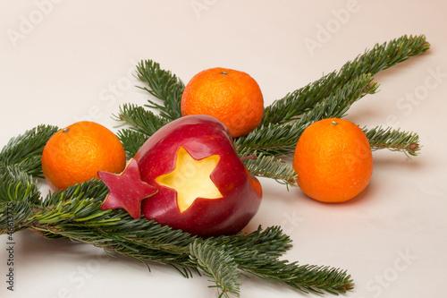 Weihnachtsbilder Tannenzweig.Apfel Mit Stern Mandarinen Und Tannenzweig Stock Photo And Royalty