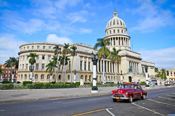Fotobehang Cubaanse oldtimers Classic cars in front of the Capitol in Havana. Cuba