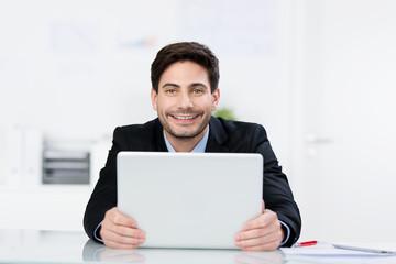 sympathischer geschäftsmann mit laptop