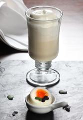 Latte macchiato vom Spargel mit Ei
