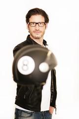 Fototapete - Attraktiver Mann mit Motorradhelm