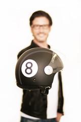 Fototapete - Rollerfahrer hält seinen Helm
