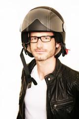 Fototapete - Attraktiver Mann mit Rollerhelm