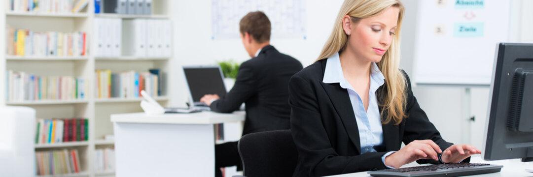 mitarbeiter arbeiten am computer