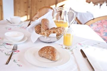 Frühstück mit frischem Kornspitz und O-Saft