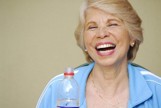 Señora feliz bebiendo agua potable,