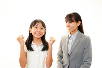 笑顔の教師と女の子