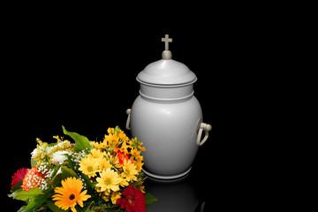 Urne mit Blumenstrauß