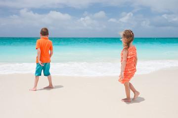 Fototapete - Two kids at beach
