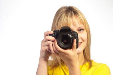 Jeune femme souriante prenant une photo