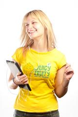 Jeune femme dansant en ecoutant la musique sur une tablette