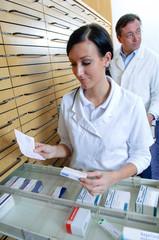 Medizinisches Personal am Medikamentenschrank