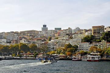 Blick vom Bosporus auf das moderne Istanbul und den Bootsanleges
