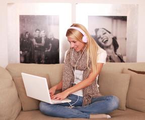 Junges Mädchen hört am Laptop Musik