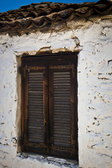 Fotomurales - Traditional old wooden window in Greece