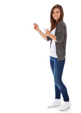 Attraktives Mädchen zeigt zur Seite
