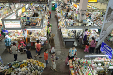 Unidentified shoppers at Warorot market