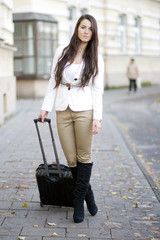 Attraktive junge Frau mit Reisekoffer