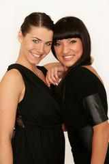 Zwei hübsche Mädchen in Partyoutfits