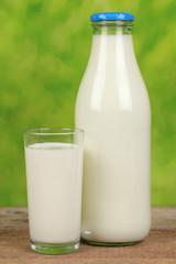 Milch in der Flasche und in einem Glas