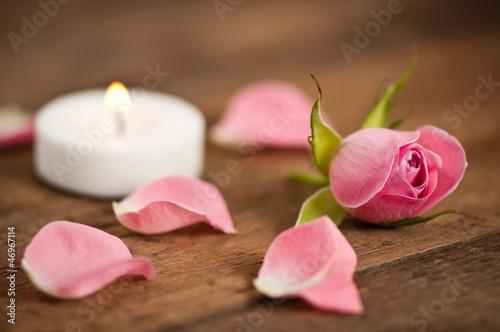 Красные свечи с лепестками роз без смс