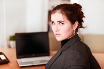Seriöse Geschäftsfrau